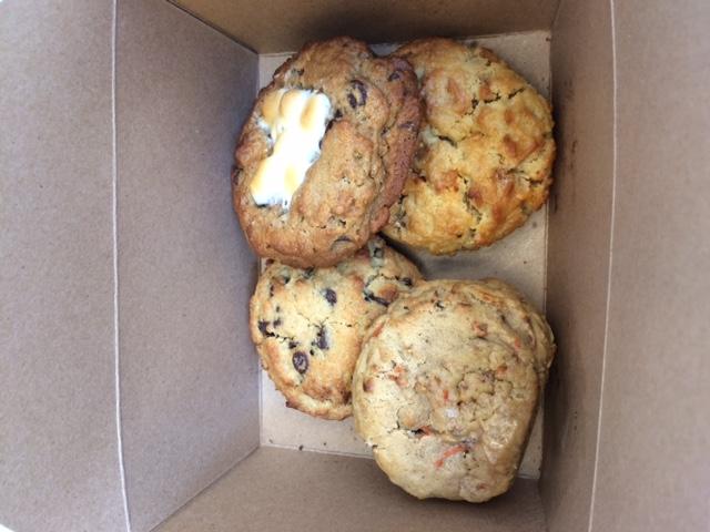 アストリアで見つけた行列店のクッキーはデカかった!